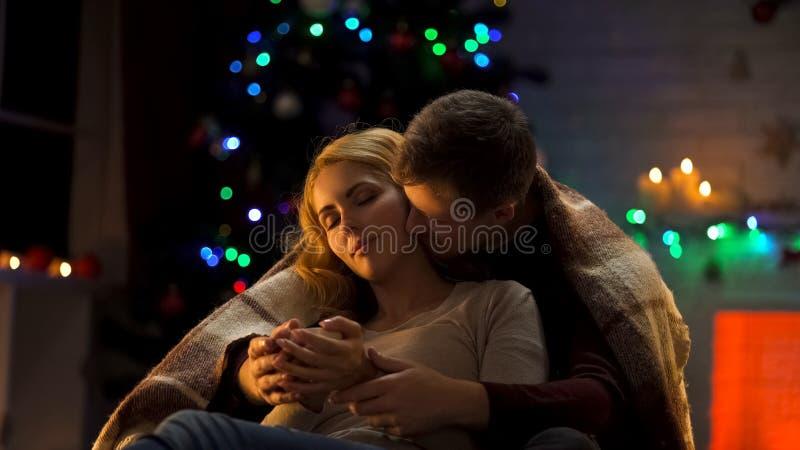 Aimant Noël de dépense de couples ensemble, l'homme embrassant et embrassant la dame rêveuse images stock