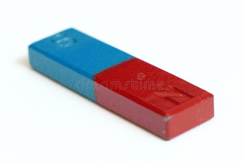 Aimant rectangulaire de couleur bleue et rouge avec le nord et le pôle du sud d'isolement sur le fond blanc photos stock