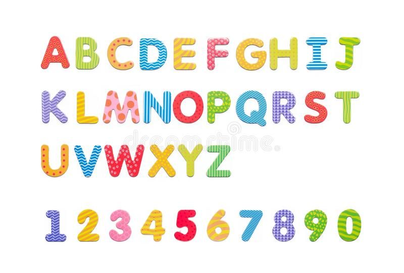 Aimants de papier colorés d'alphabet sur un tableau blanc Les lettres ont placé l'OIN image libre de droits