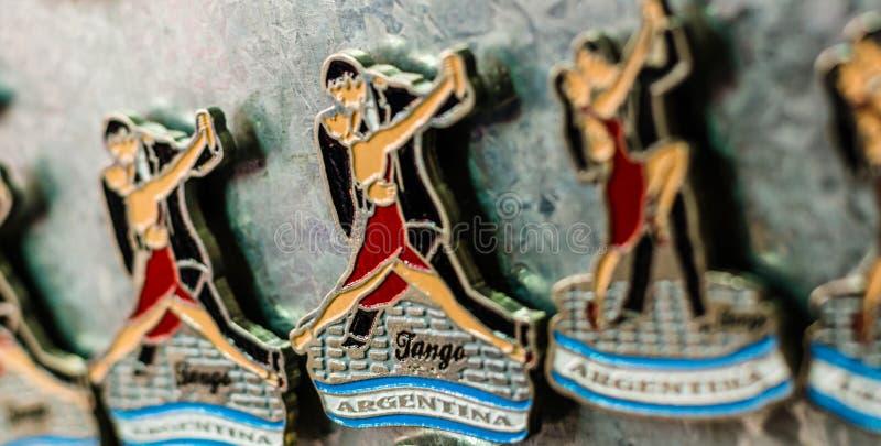 Aimants de réfrigérateur avec les danseurs traditionnels de tango à une foire de week-end à Buenos Aires image libre de droits