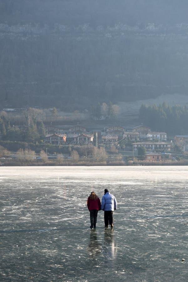 Aimez dans la glace - lac Endine - Bergame - Italie images libres de droits