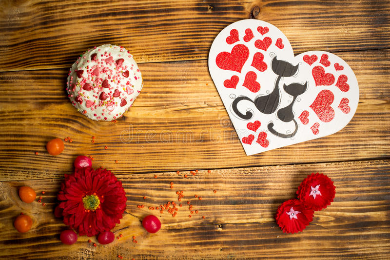 Aimez la carte de famille, gâteau de sucre, table en bois de fleurs de rouge image stock