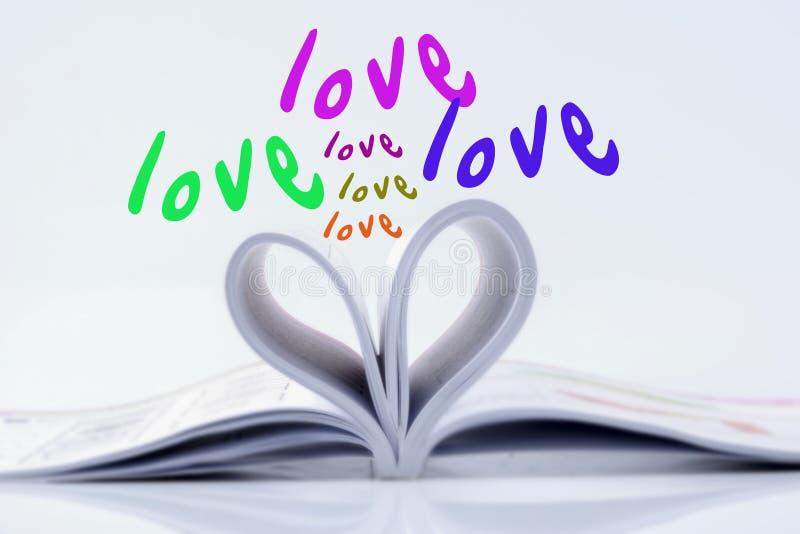 Aimez la forme faite à partir du livre et de la couleur multiple des mots d'AMOUR photos libres de droits