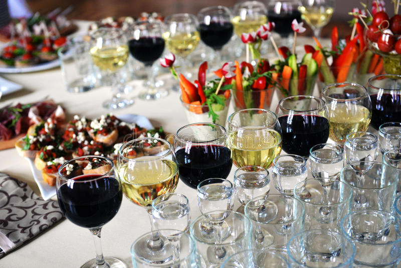 Aimez le buffet servi de fruit sur la table luxueuse de partie photographie stock