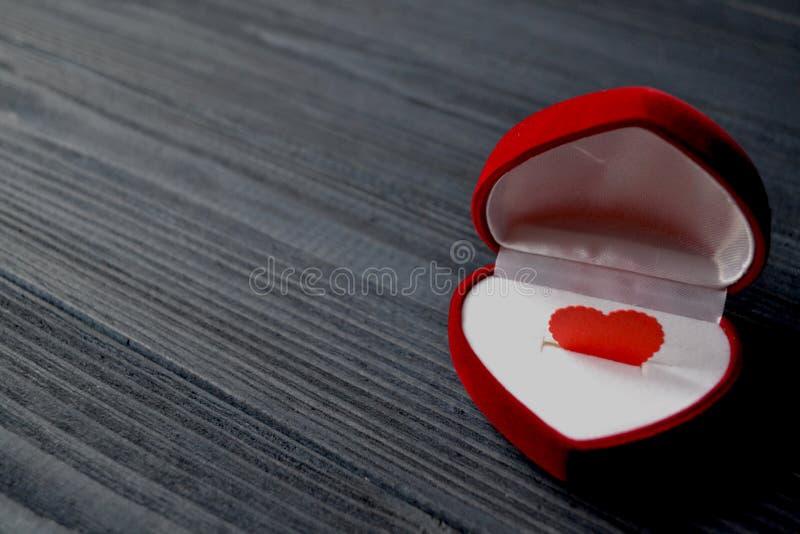 Aimez le coeur dans le boîte-cadeau sur le fond en bois bleu-foncé l'illustration s de coeur de vert de dreamstime de conception  photos libres de droits