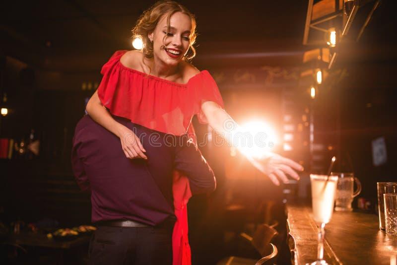 Aimez les amusements de couples dans la boîte de nuit, mode de vie de nuit image stock
