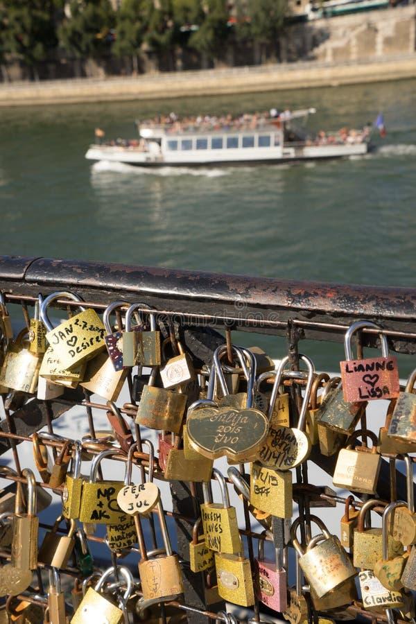 Aimez les casiers sur le pont à Paris FranceComposite d'ail frais photos stock
