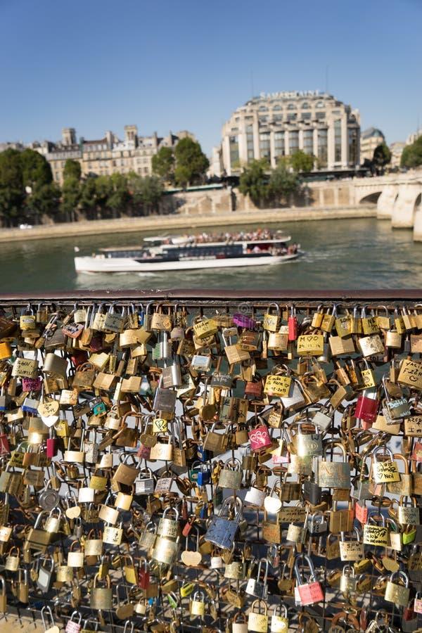 Aimez les casiers sur le pont à Paris FranceComposite d'ail frais image stock