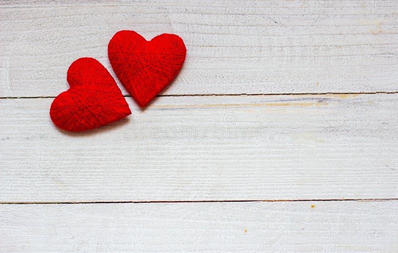 Aimez les coeurs sur le fond en bois de texture, concept de carte de jour de valentines fond original de coeur photographie stock libre de droits