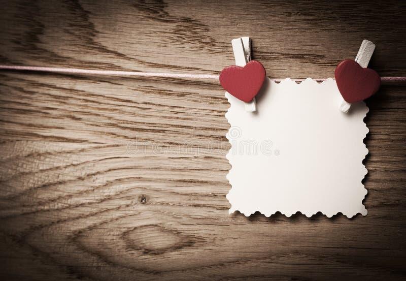 Aimez les coeurs sur le fond en bois de texture, jour de valentines images stock