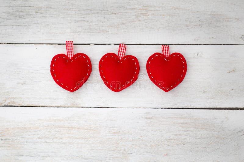 Aimez les coeurs sur le fond en bois de texture, la carte Co de jour de valentines photo libre de droits