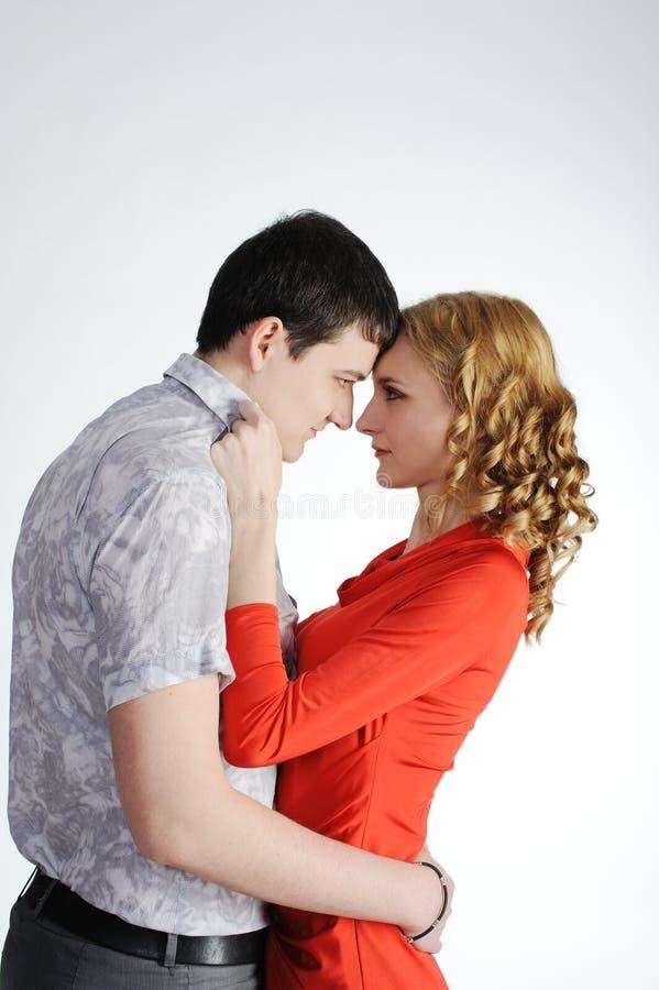 Aimez les couples de jeunes femmes et les hommes s'étreignent image stock