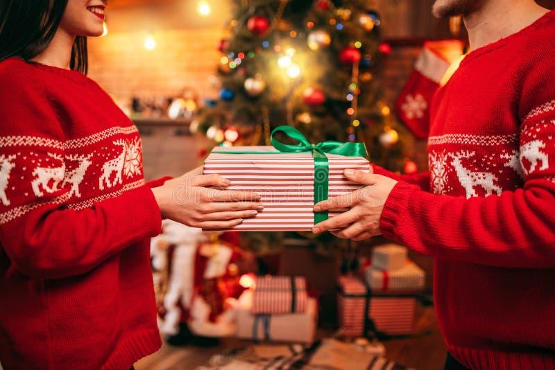 Aimez les couples tenant le boîte-cadeau dans des mains, Noël image libre de droits