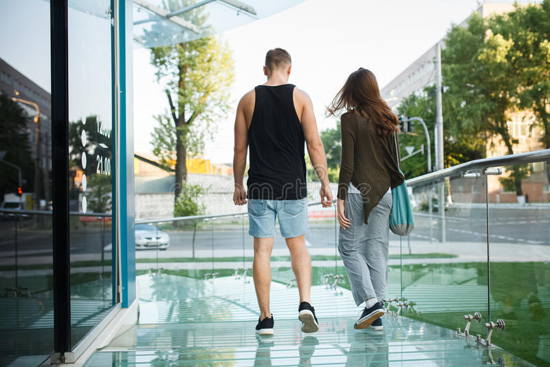 Download Aimez Les Jeunes Couples Sur Une Promenade Dans La Ville Photo stock - Image du famille, beau: 56483210