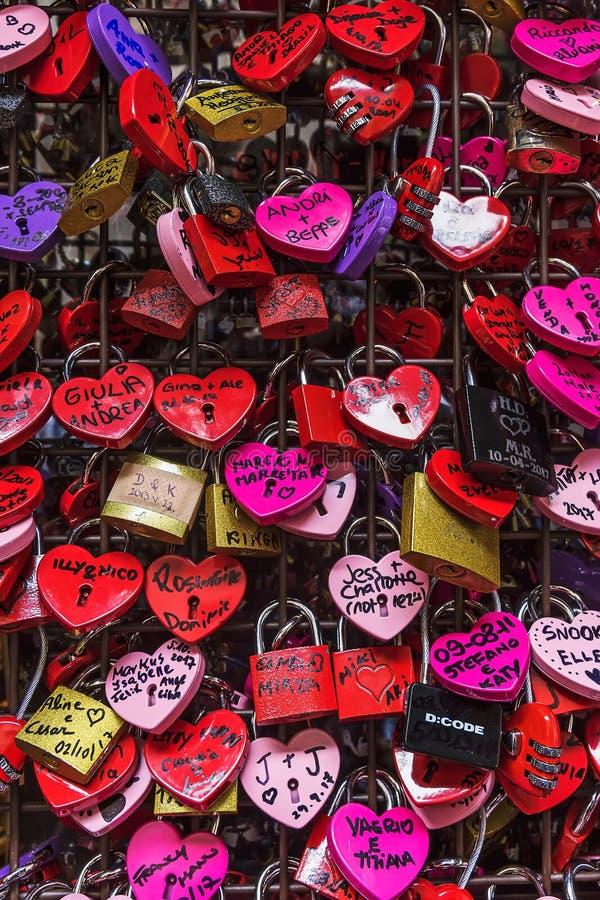 Aimez les serrures de coeur sur un mur, Vérone photos libres de droits