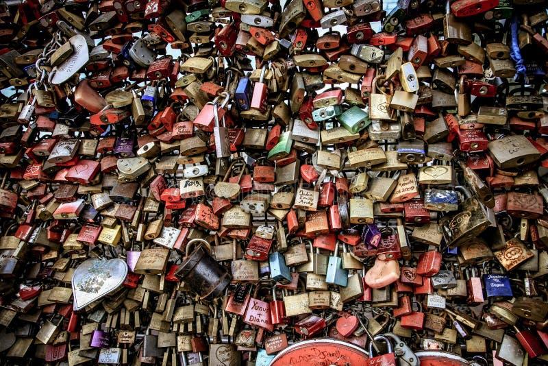 Aimez les serrures sur la balustrade du pont Cologne de Hohenzollern ni photo libre de droits