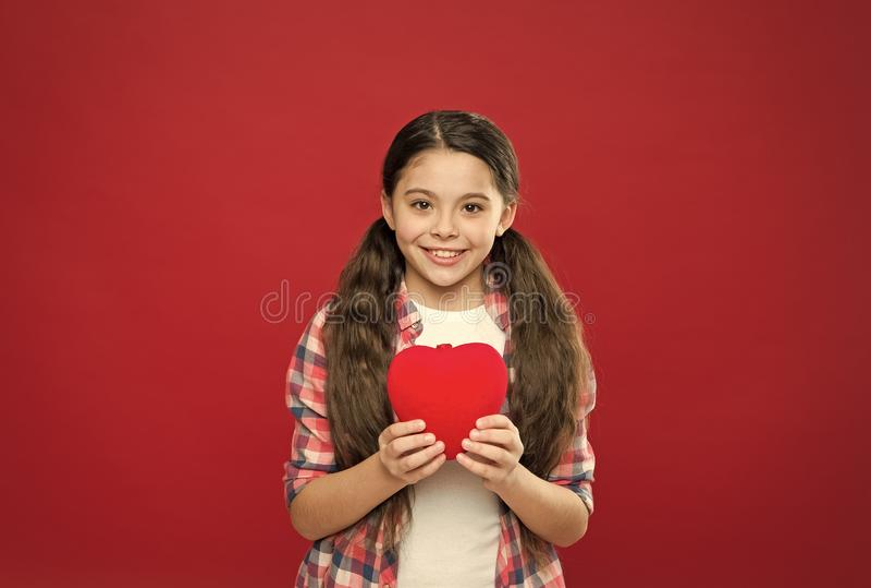 Aimez-vous seulement ? mon coeur ? tout jamais Peu enfant exprimant l'amour le jour de valentines Fille mignonne dans l'amour aya photo stock