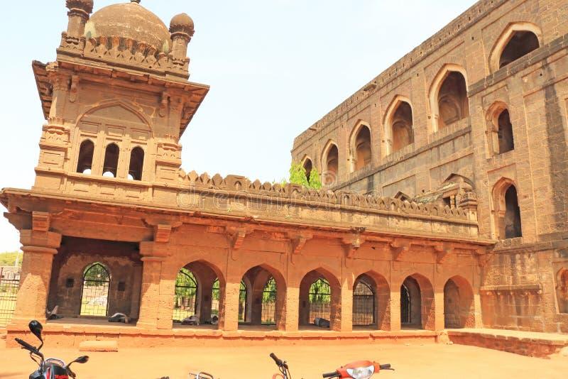 Aincent välva sig byggnader och fördärvar bijapur Karnataka Indien royaltyfria foton