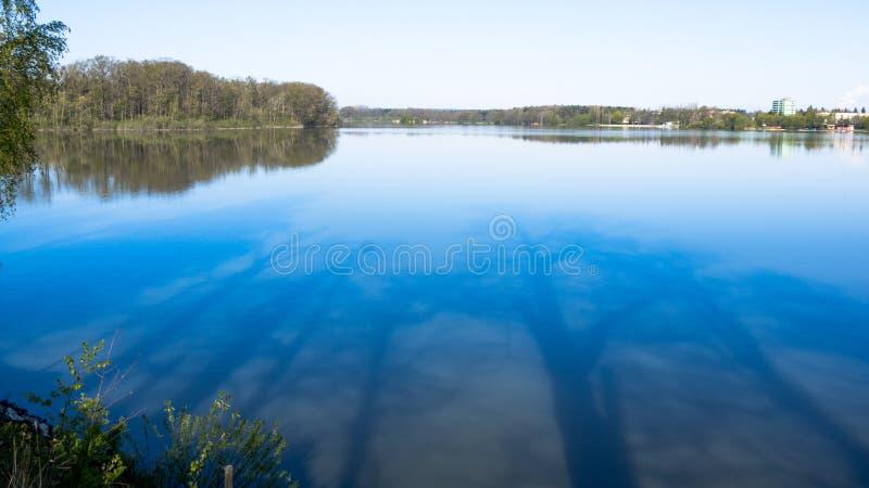 Ainda água da lagoa e das imagens espelhando das árvores imagem de stock royalty free