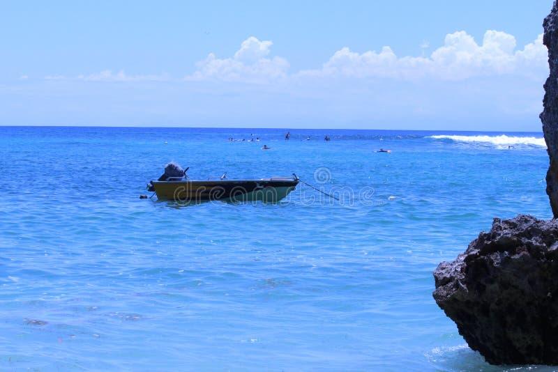 Ainda barco no oceano imagem de stock royalty free