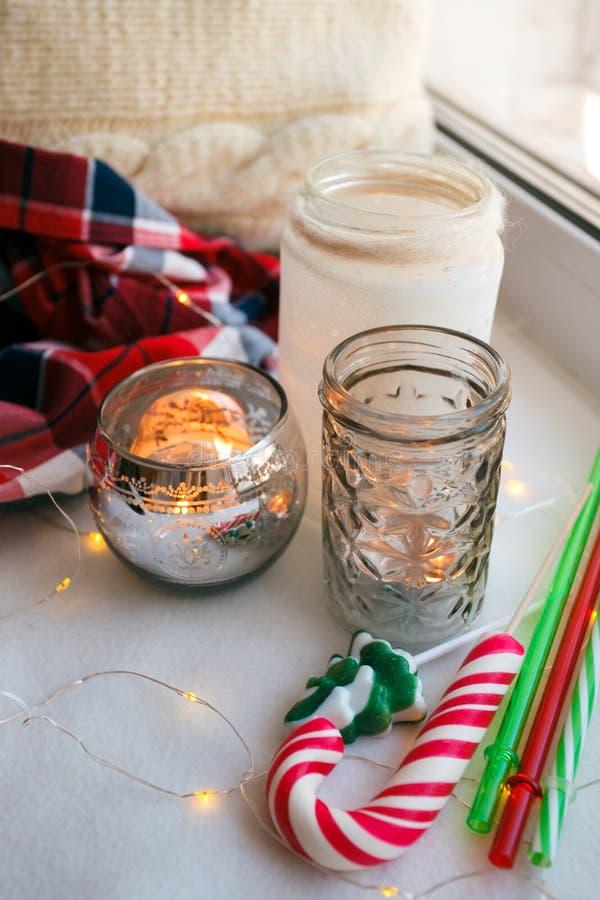 Ainda detalhes da vida com velas, bastão de doces do brinquedo e festão Conceito do hygge, Natal e vida escandinavos do stll do a imagem de stock