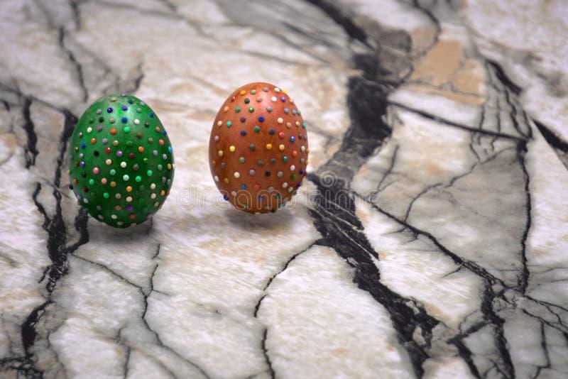 Ainda a foto da vida dos lotes de doces salpicados coloridos cobriu ovos da páscoa do chocolate imagens de stock royalty free