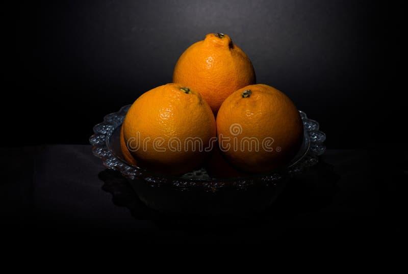 Ainda laranjas da vida isoladas em um fundo preto imagens de stock