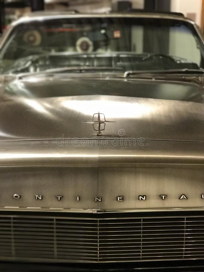 Ainda Lincoln Continental inoxidável impressionante - convertible 1966 de Lincoln Continental fotos de stock royalty free