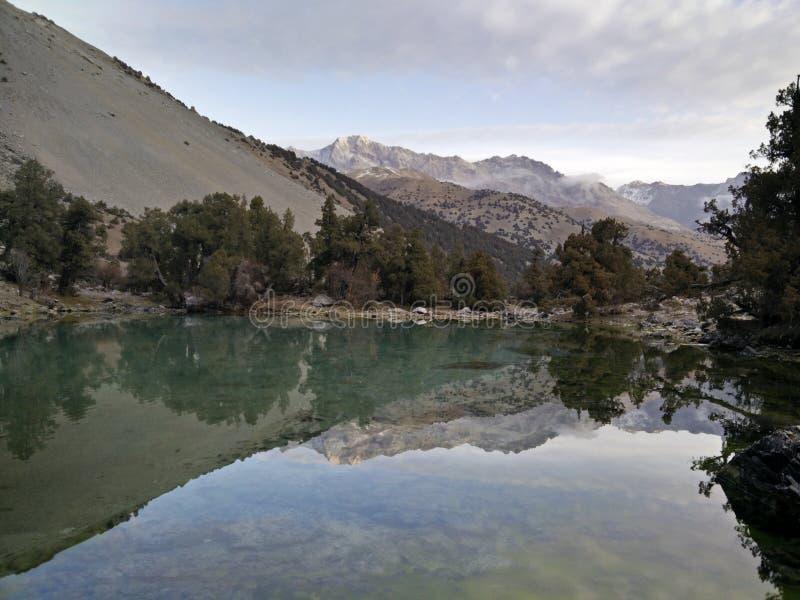 Ainda o lago da montanha reflete rochas imagens de stock royalty free
