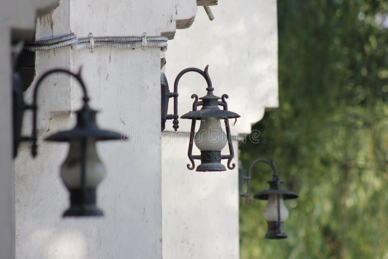 Ainda objetos que estão sendo construídos com lanterna imagens de stock royalty free