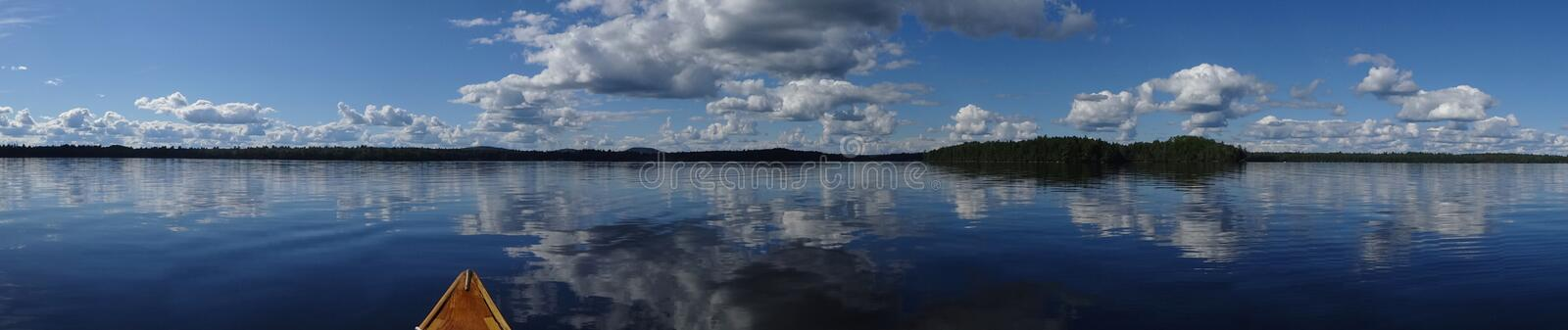 Ainda panorama do lago com canoa foto de stock royalty free