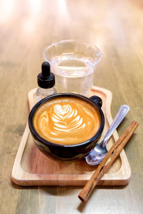 Ainda vida - arte do latte da xícara de café em uma tabela de madeira - Shallo fotos de stock royalty free