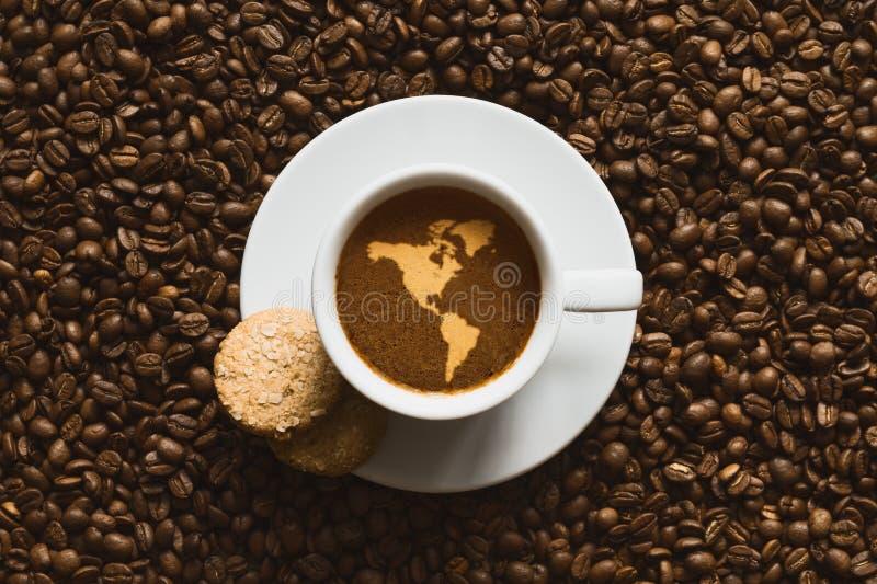 Ainda vida - café com o mapa do continente de América imagens de stock