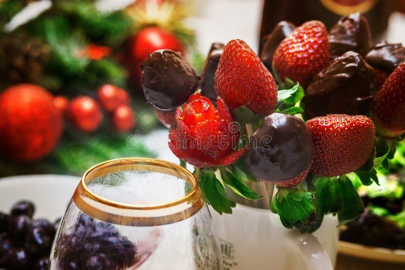 Ainda vida 1 carving Morango fresca, e morango no chocolate Azeitonas, e um vidro para o vinho foto de stock