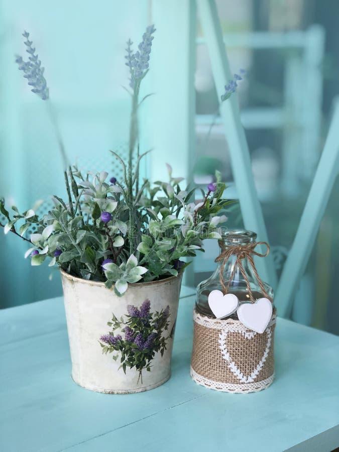 Ainda vida com as flores no estilo de Provence foto de stock royalty free
