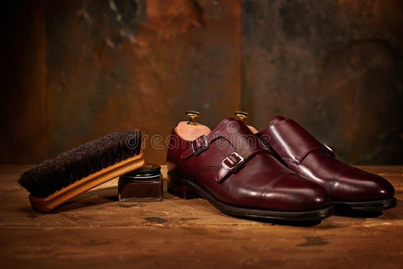 Ainda a vida com as sapatas de couro do ` s dos homens e os acessórios para sapatas importam-se fotografia de stock royalty free