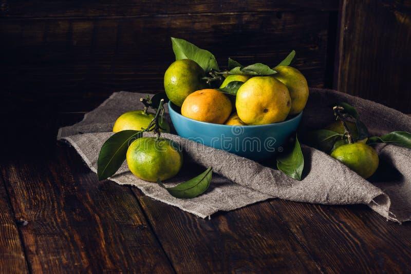 Ainda vida com as tangerinas na bacia azul fotografia de stock