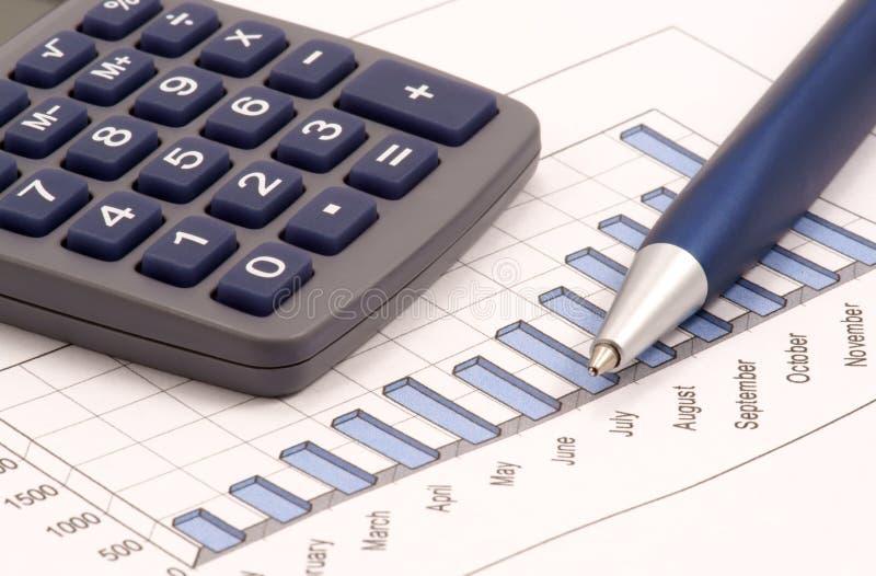 Ainda-vida com calculadora, pena e diagrama imagens de stock royalty free