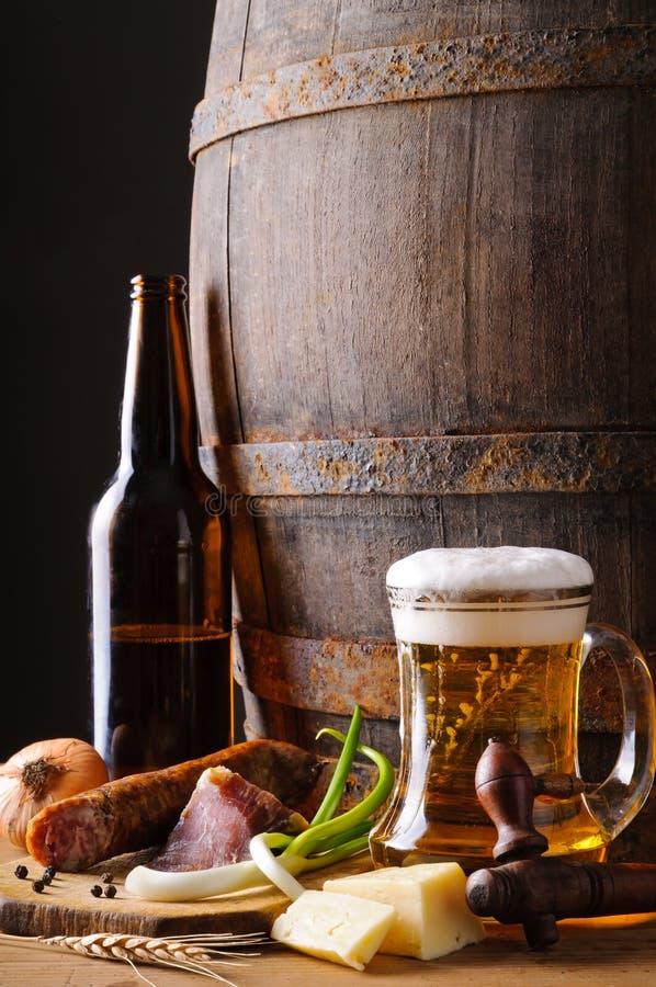 Ainda vida com cerveja e alimento imagens de stock royalty free