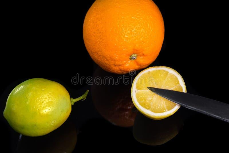 Ainda vida com citrinos e knofe fotos de stock
