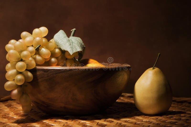 Ainda-vida com fruta em um prato de madeira foto de stock royalty free