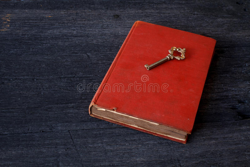 Ainda vida com livro velho e chave em de madeira fotos de stock