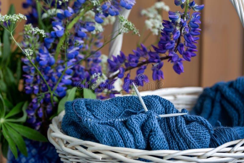 Ainda vida com lupines e confecção de malhas na cesta foto de stock