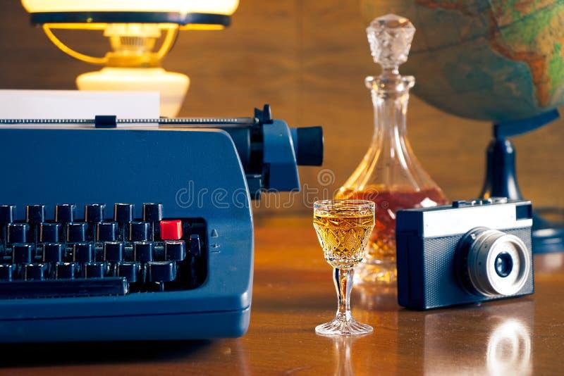 Ainda vida com máquina de escrever retro fotos de stock
