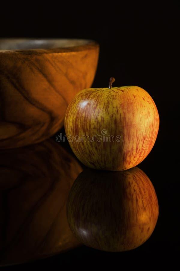 Ainda-vida com maçã e o prato de madeira imagens de stock