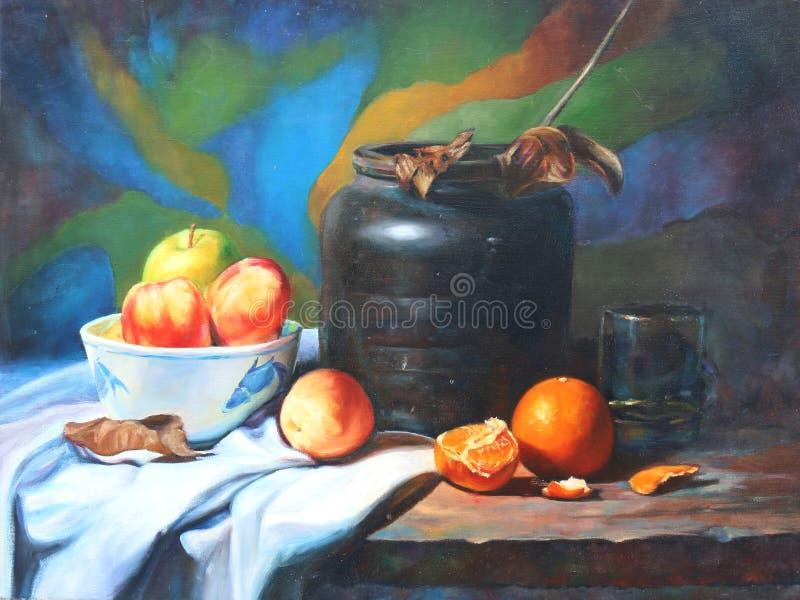 Ainda vida com maçãs, laranjas, as folhas caídas, os ramos, os vidros e a urna foto de stock