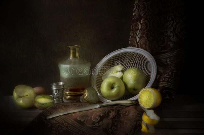 Ainda vida com maçãs verdes imagens de stock