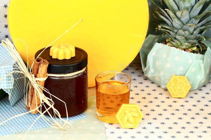 Ainda-vida com mel e azeite imagens de stock royalty free