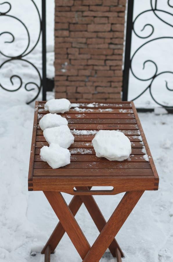 Ainda-vida com Natal e ano novo Aumentar rapidamente em uma tabela de madeira, jogos do inverno no ar fresco fotos de stock
