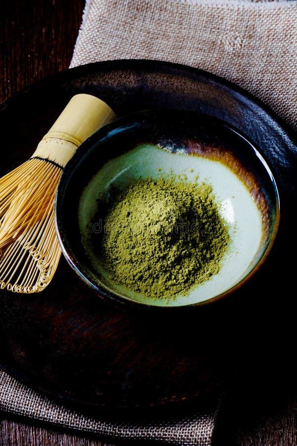 Ainda vida com o batedor de ovos do chá verde e do fio do japonês feito do bambu fotos de stock royalty free